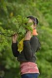 Девушка пряча за ветвью стоковая фотография