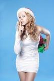 девушка пряча присутствующий santa подарков говоря shh Стоковое Фото