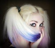 Девушка прячет ее сторону за волосами Стоковое Изображение RF