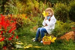 Девушка прячет сторону за лист Стоковое Фото
