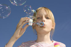 девушка пузырей дуновения дуя Стоковое Изображение