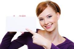 девушка пустой карточки указывая усмехаться Стоковое Изображение