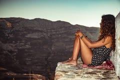 Девушка путешественника в горах Стоковые Изображения