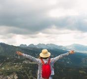 Девушка путешествуя в горах Болгарии Rila Стоковое Фото