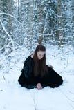 девушка пущи сидит зима стоковая фотография rf