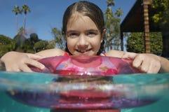 Девушка плавая на раздувное кольцо Стоковое Фото