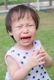 Девушка плача в парке стоковое фото rf