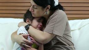 Девушка плача в спальне Ее мать уча для того чтобы быть хороший сток-видео
