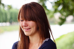 Девушка плачет на портовом районе Стоковые Изображения