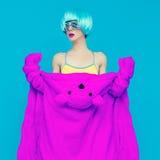 Девушка плюшевого медвежонка на голубой предпосылке Шальная партия зимы Клуб d Стоковое Изображение RF