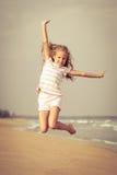Девушка пляжа скачки летания на голубом береге моря стоковое фото rf