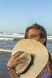 Девушка пляж прячет в шляпе лета пляжа Стоковое Фото