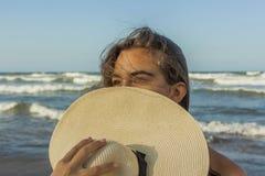 Девушка пляж прячет в шляпе лета пляжа Стоковые Фотографии RF