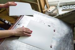 Девушка работает для бумажного резца Стоковые Фото