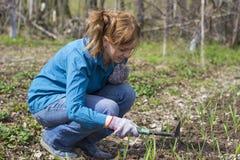 Девушка работая в саде Стоковые Изображения