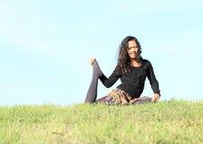 Девушка работая йогу - Одн-шагающий короля Голубя Стоковое Фото