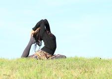 Девушка работая йогу - представление голубя Стоковые Изображения
