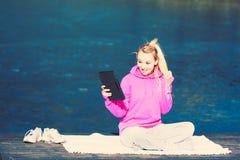 Девушка работая снаружи в парке Стоковые Изображения RF