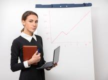 Девушка работника офиса рядом с whiteboard Стоковое фото RF
