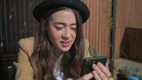 Девушка радостного брюнета предназначенная для подростков читает нов сток-видео
