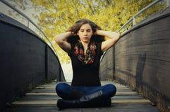 Девушка размышляя на мосте стоковые фотографии rf