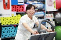 Девушка разрабатывая на спортзале стоковые фотографии rf