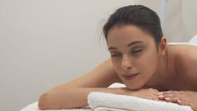 Девушка раскрывает глаза на таблице массажа акции видеоматериалы