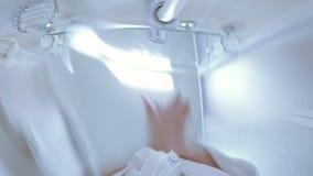 Девушка раскрывает кран и моет ее руки с мылом сток-видео