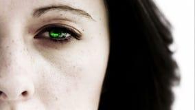 Девушка раскрывая ее глаз для того чтобы показать зеленые данные по скроллинга акции видеоматериалы
