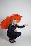 девушка распологая сь зонтик вниз Стоковое Изображение