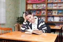 девушка рассмотрения подготовляет Стоковые Фото