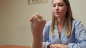 Девушка рассчитывает на пальцы акции видеоматериалы