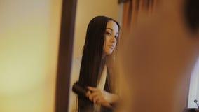 Девушка расчесывает ее волосы видеоматериал