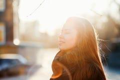 Девушка радуется весна день солнечный стоковое фото rf