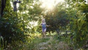 Девушка ребенка бежать на том основании с босыми ногами сток-видео