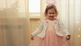 Девушка ребенка в костюме ангела или смехе и танцах феи Концепция выполнения волшебства и желания видеоматериал