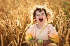 Девушка ребенка в поле пшеницы Стоковые Изображения RF