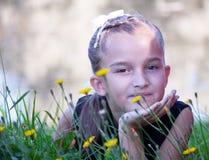 Девушка ребенка лежа на траве Стоковые Изображения