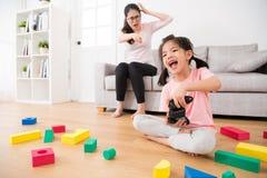 Девушка ребенка играя видеоигры имея потеху Стоковое фото RF