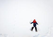 Девушка ребенка играя в снеге Стоковая Фотография RF