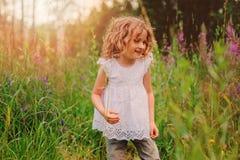 Девушка ребенка играя с листьями в исследовании природы леса лета с детьми Стоковые Фото