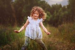 Девушка ребенка играя с листьями в исследовании природы леса лета с детьми Стоковая Фотография
