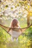Девушка ребенка имеет потеху в гамаке на природе Стоковые Фотографии RF