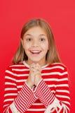 Девушка ребенка мечтая ее желание приходит истинный Чудо случается Маленькая девочка усмехаясь вполне надежды Мое секретное желан стоковая фотография