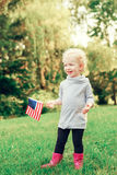 Девушка ребенка младенца с американским флагом США Стоковая Фотография RF