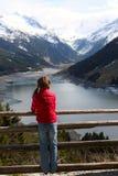девушка ребенка смотря горы Стоковое Фото