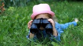 Девушка ребенка смотря через бинокли и наблюдая природу видеоматериал