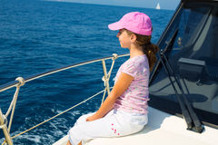 Девушка ребенка счастливая плавая счастливая шлюпка с крышкой Стоковая Фотография