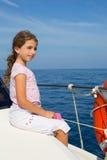Девушка ребенка счастливая плавая счастливая шлюпка Стоковое Фото