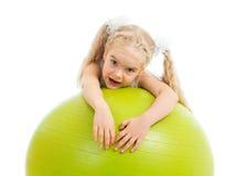 Девушка ребенка с гимнастическим шариком стоковое фото